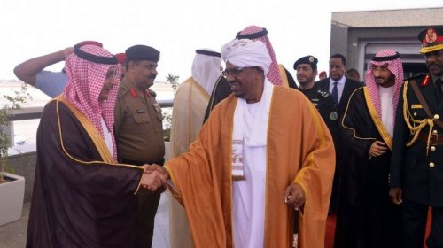 Sudanese President Omer a-Bashir welcomed by Saudi officials at his arrival to Jeddah Airport on 19 June 2017 (SPA photo)