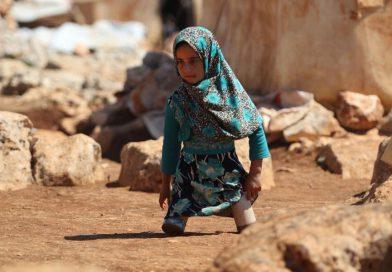 תמונת היום:ילדה סורית קטועת רגליים קבלה מאביה רגליים מפחיות שימורים