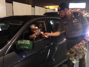 שוטר מעניק פרח לנהגת סעודית