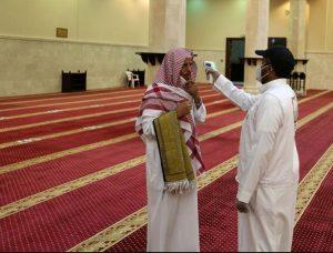מדידת חום בכניסה למסגד במכה