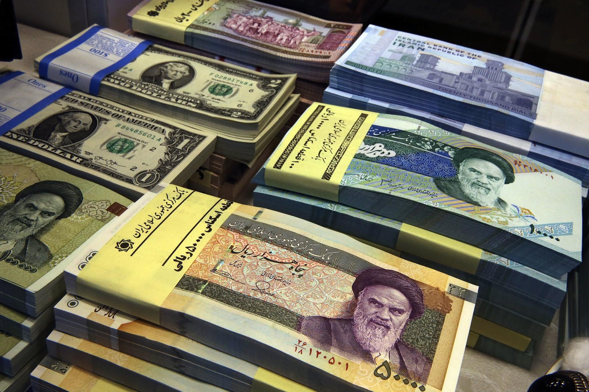 La devise iranienne atteint un niveau record, passant de 50 000 rials pour un dollar américain |  Le Times of Israel